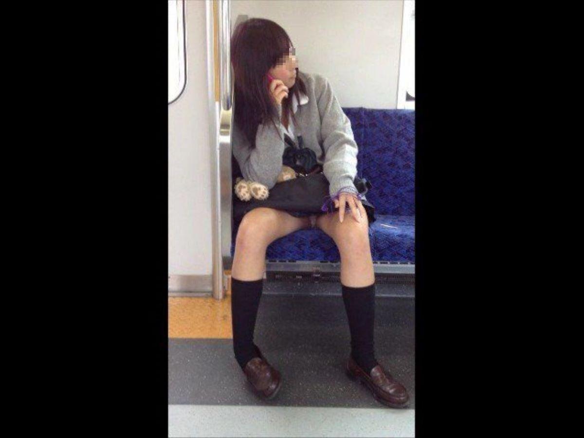 電車内のパンチラ画像 38