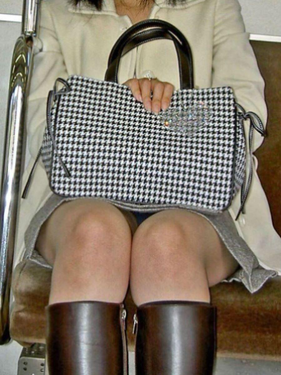 電車内のパンチラ画像 40