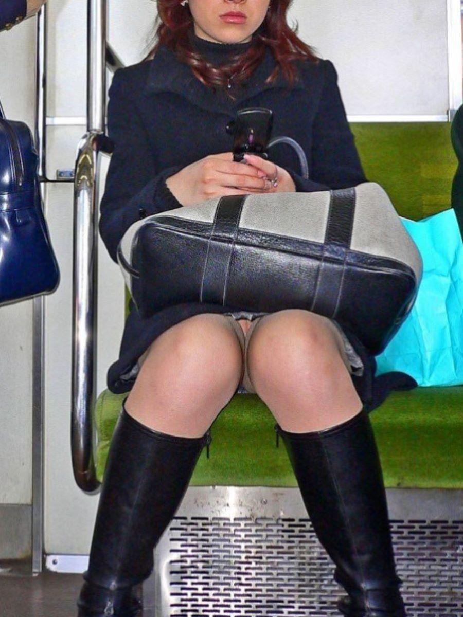 電車内のパンチラ画像 41