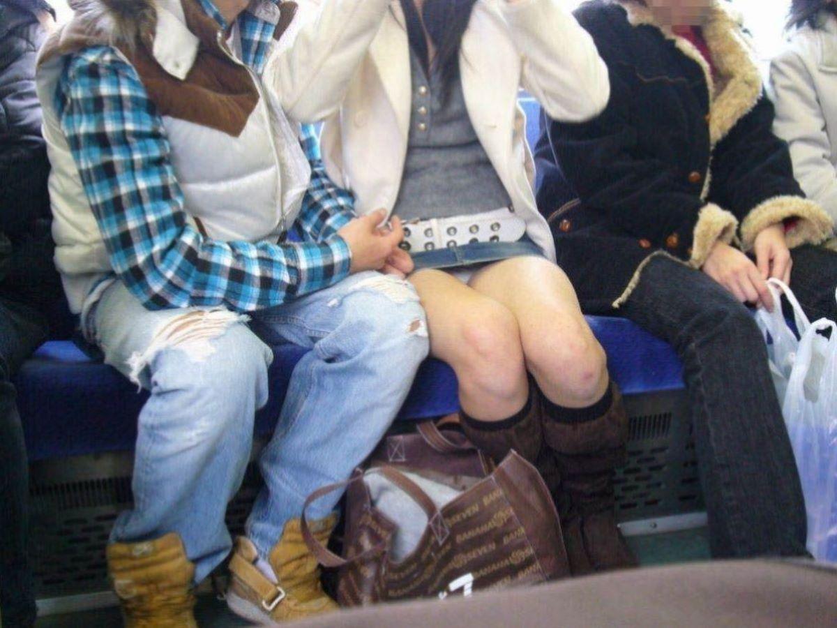 電車内のパンチラ画像 45