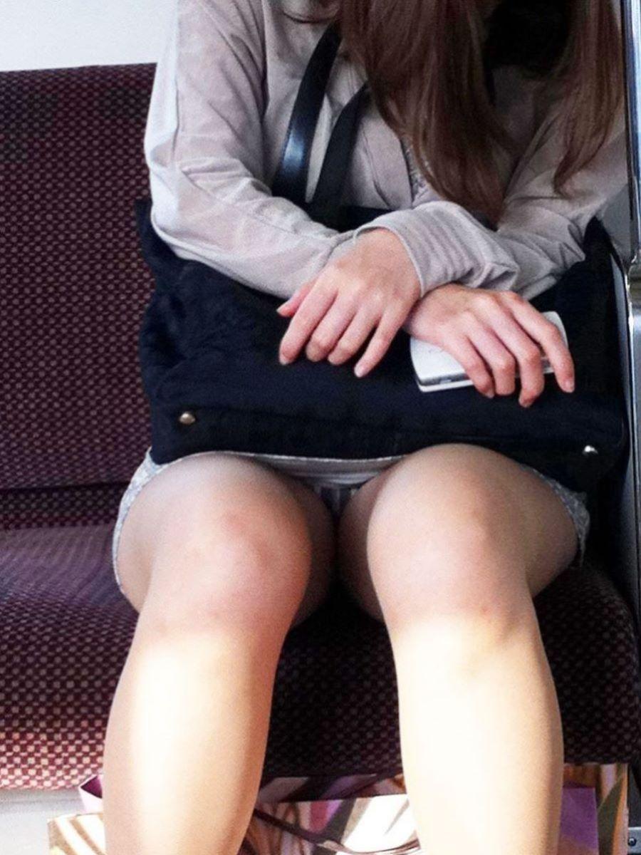 電車内のパンチラ画像 47