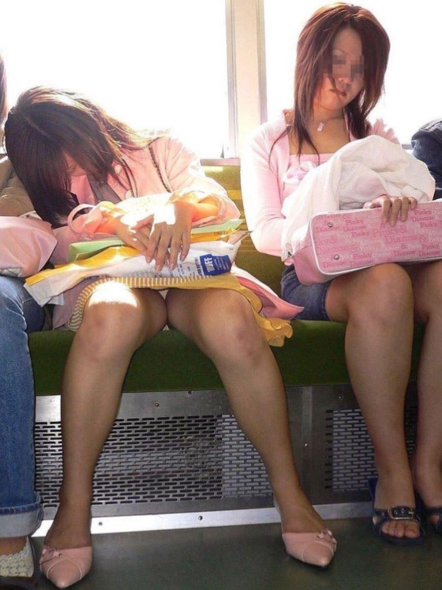電車内パンチラ画像!!対面でパンツが見えてる140枚