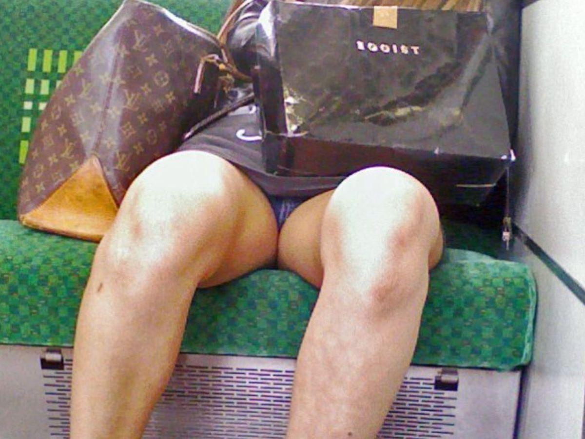 電車内のパンチラ画像 53