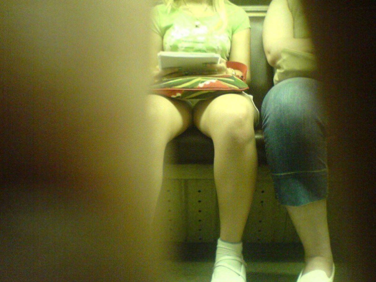 電車内のパンチラ画像 54