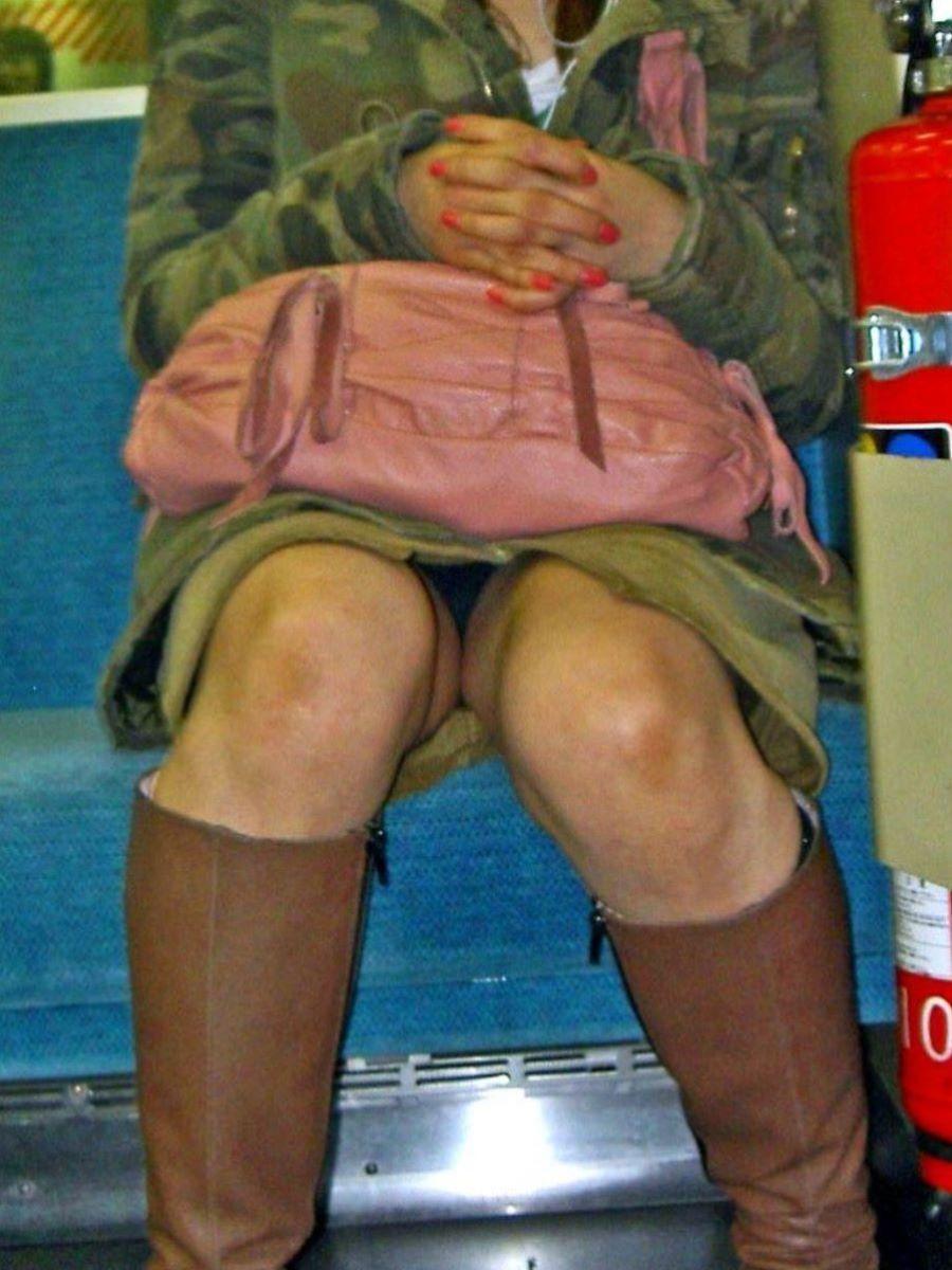 電車内のパンチラ画像 55