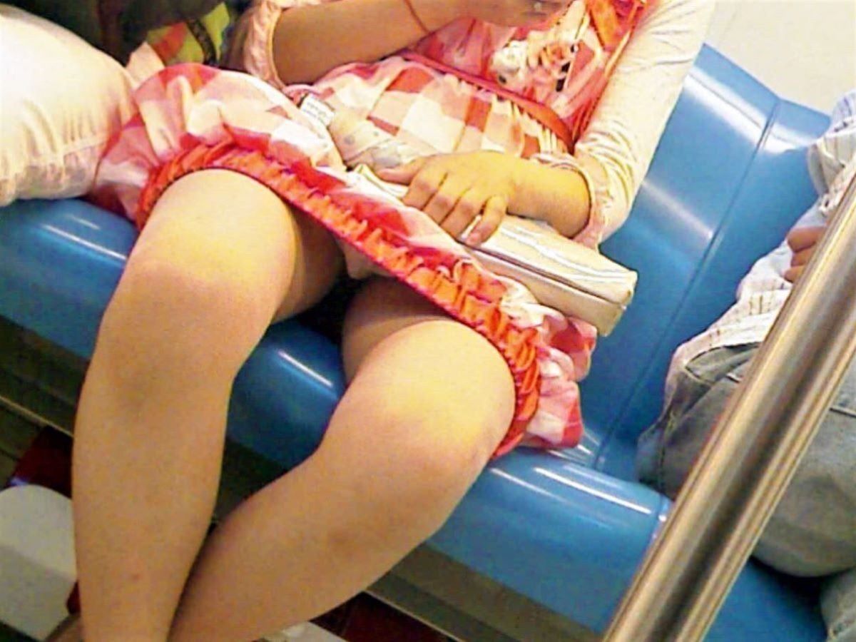 電車内のパンチラ画像 57