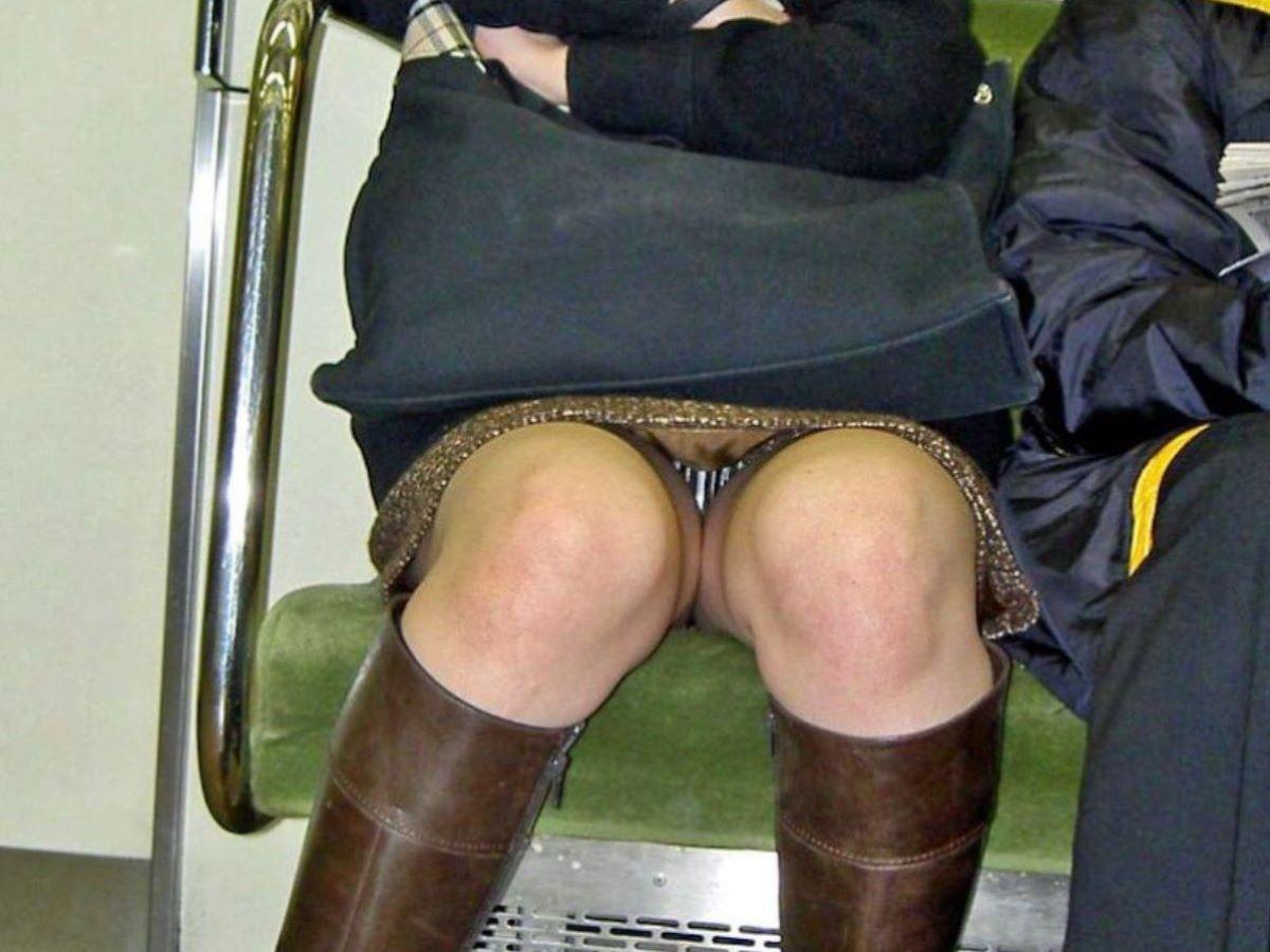 電車内のパンチラ画像 68