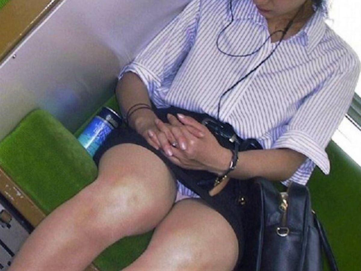 電車内のパンチラ画像 69