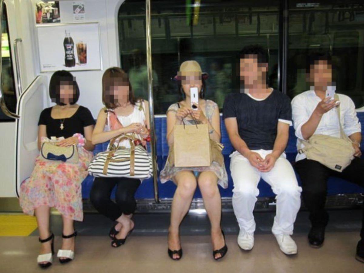 電車内のパンチラ画像 74