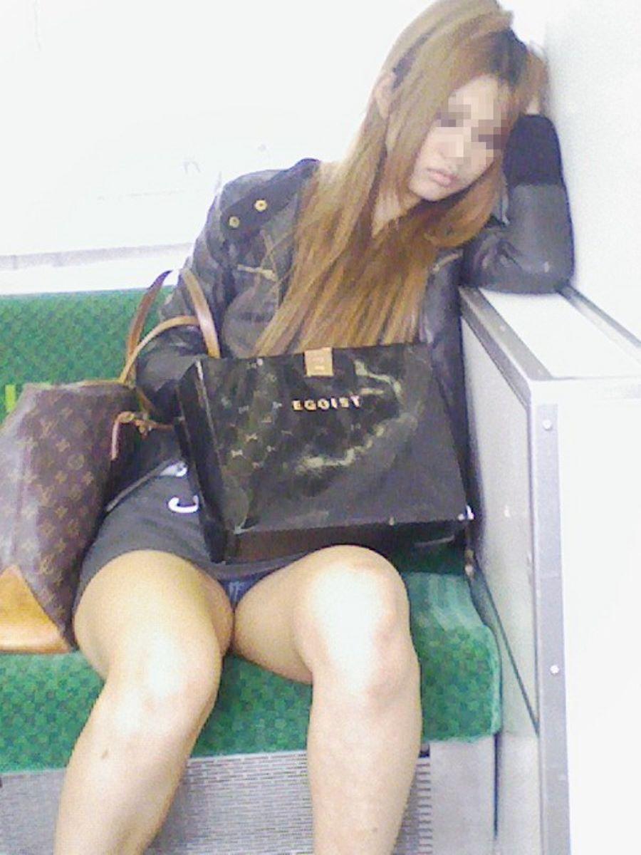 電車内のパンチラ画像 75