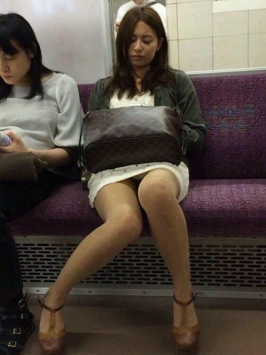 電車内のパンチラ画像 83