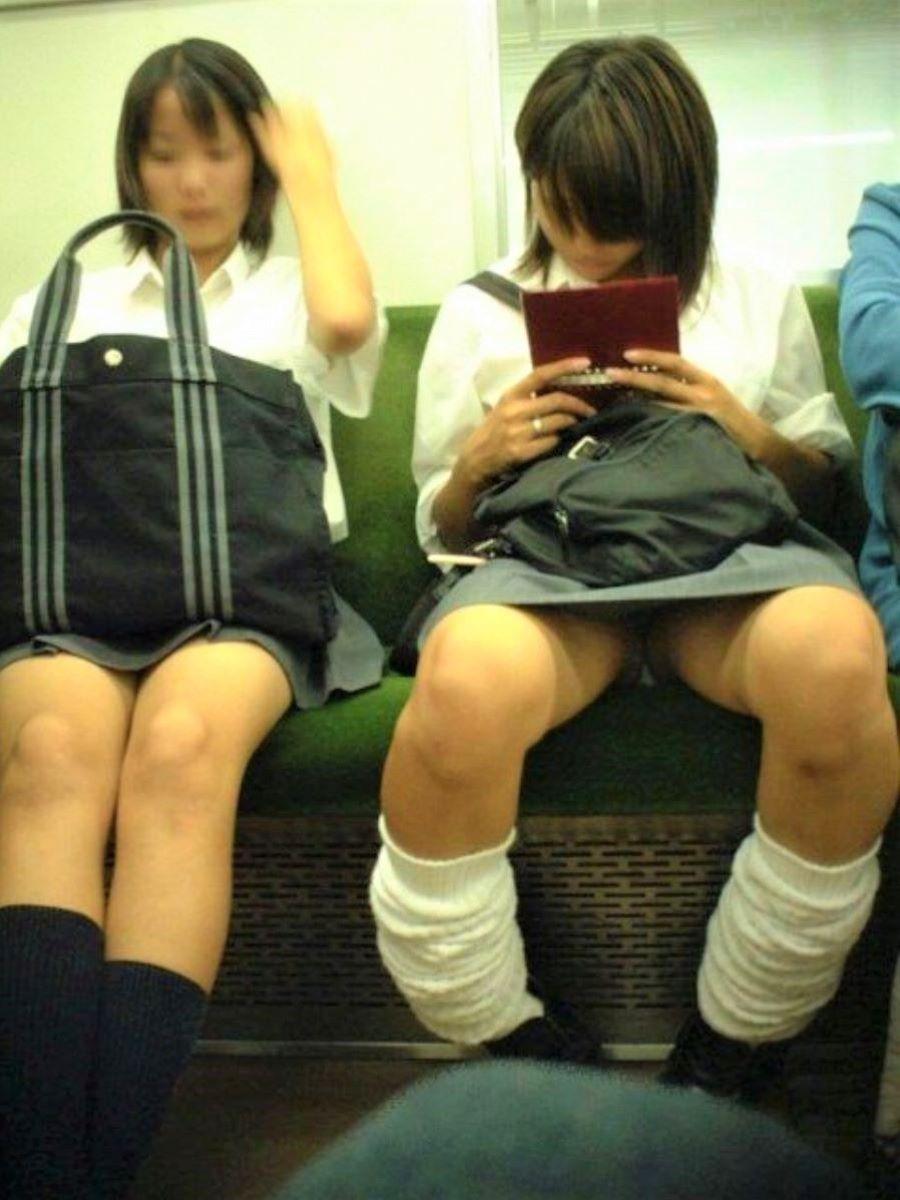 電車内のパンチラ画像 89
