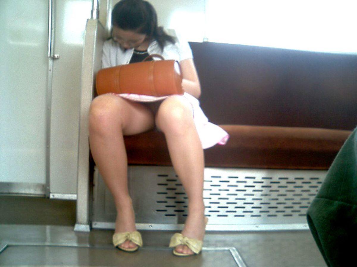 電車内のパンチラ画像 109