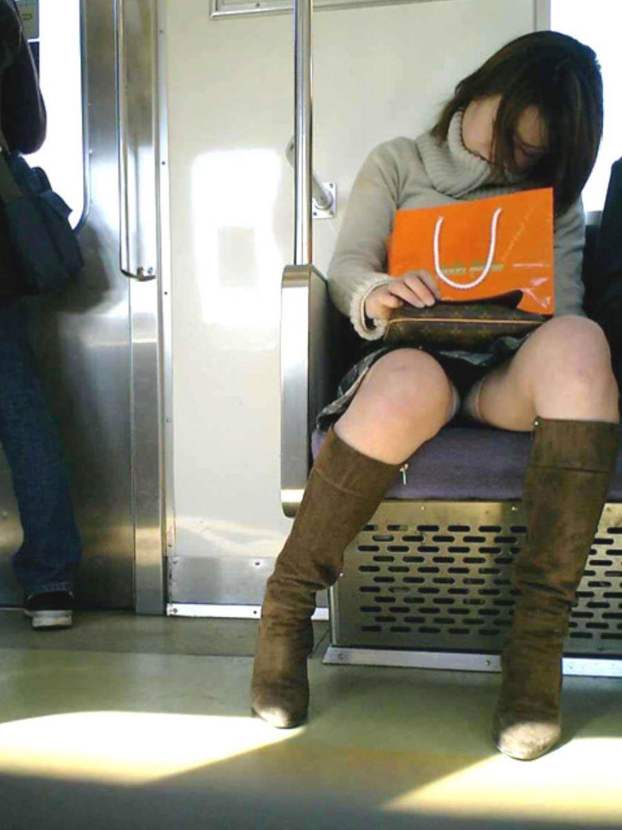 電車内のパンチラ画像 113