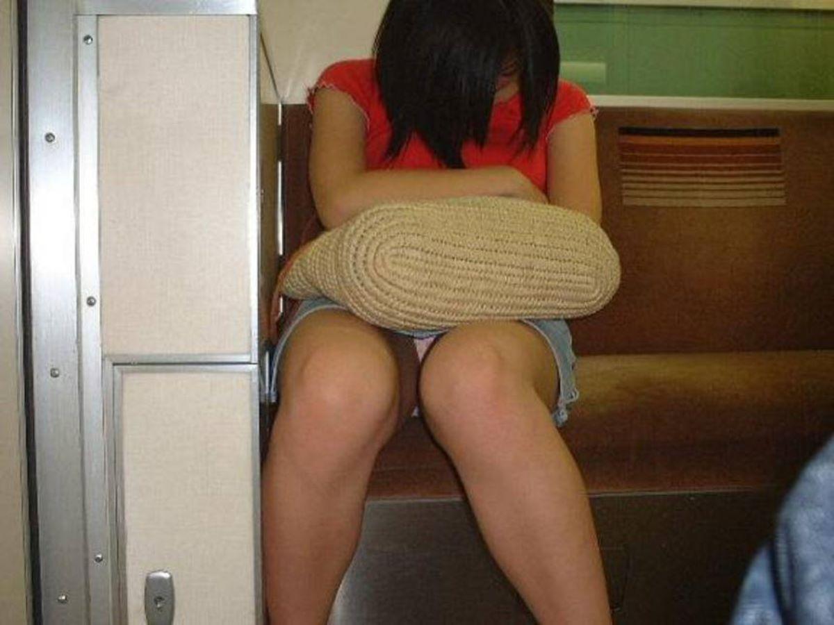 電車内のパンチラ画像 117