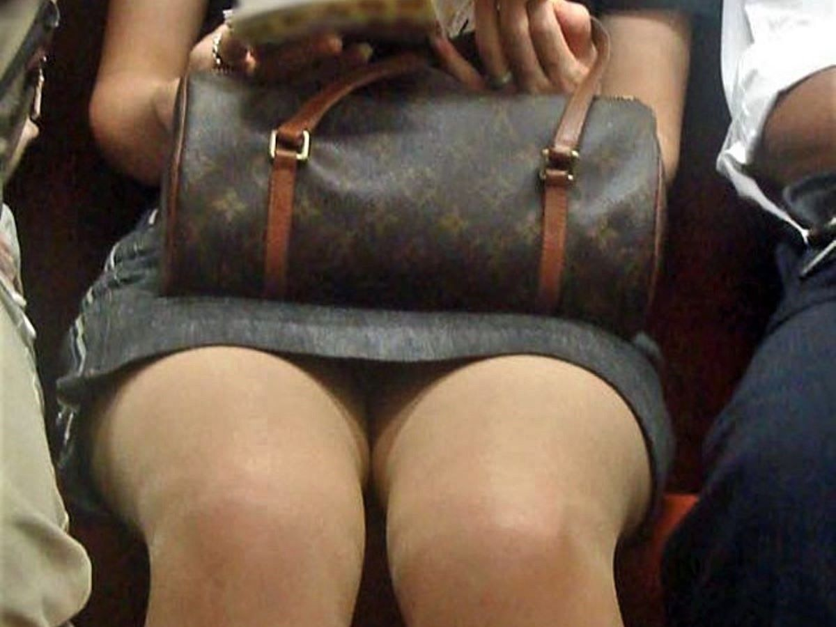 電車内のパンチラ画像 135