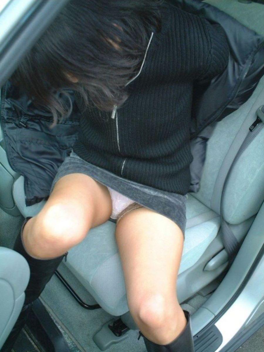 車の乗り降りパンチラ画像 24