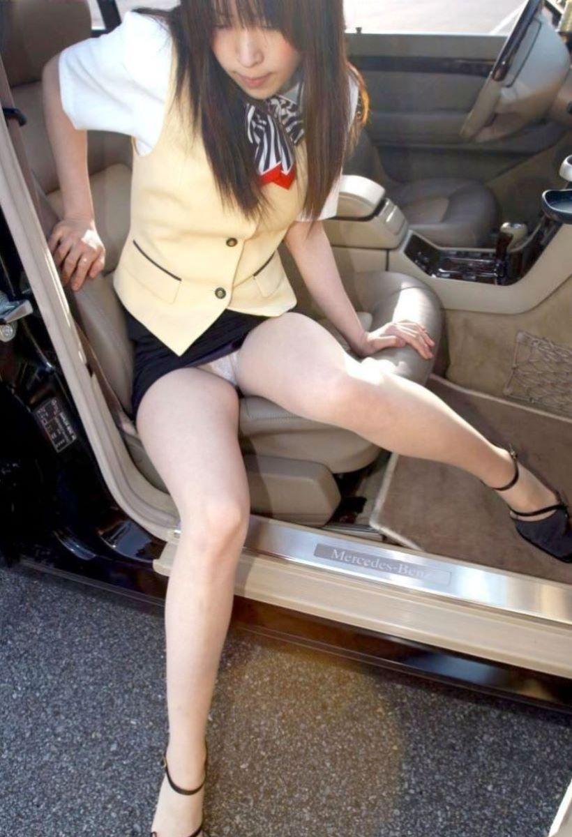 車の乗り降りパンチラ画像 44