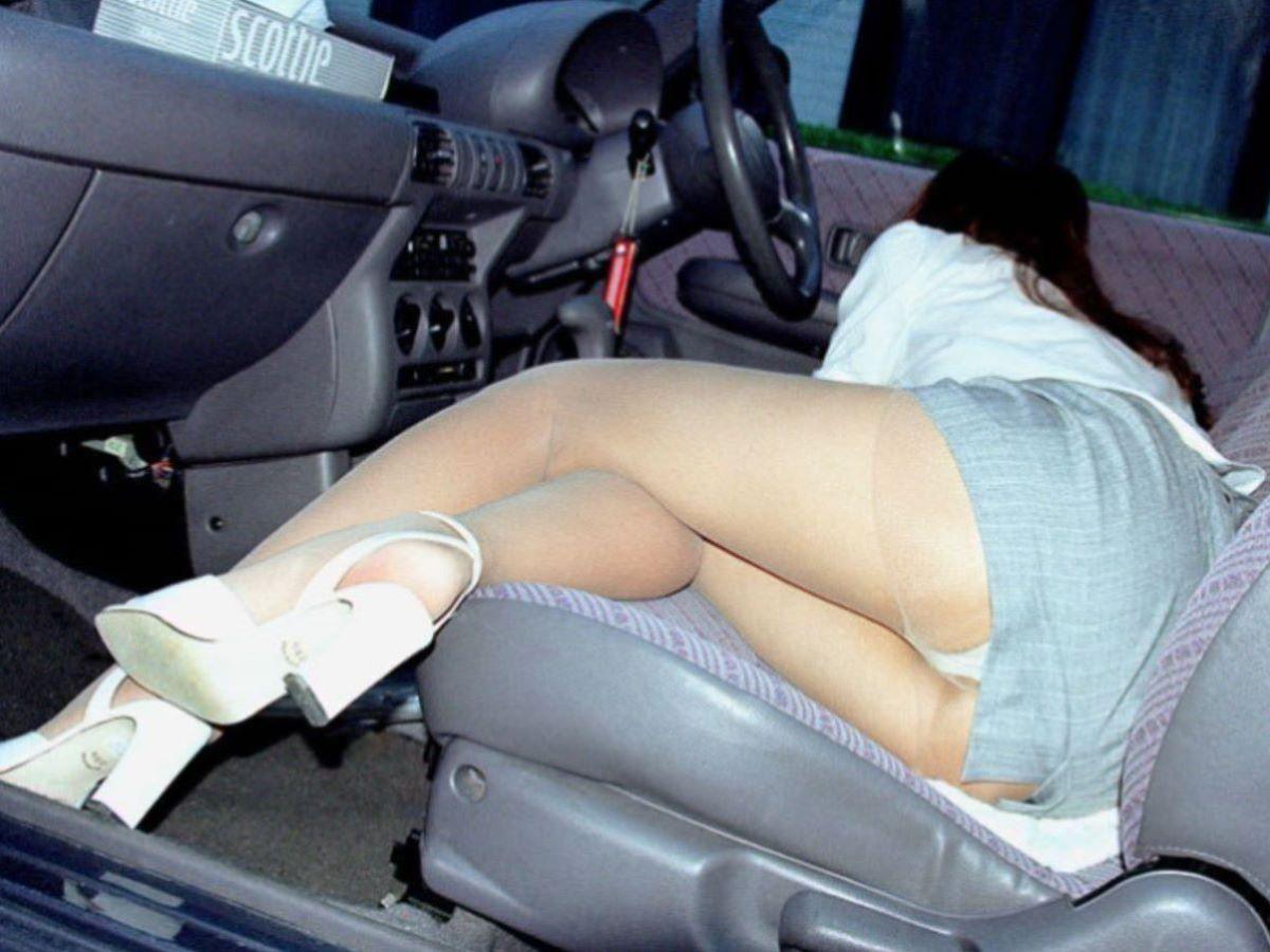車の乗り降りパンチラ画像 48