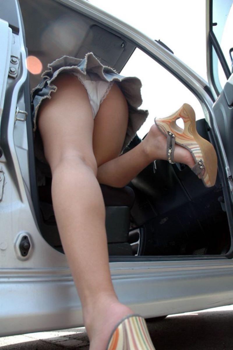 車の乗り降りパンチラ画像 65