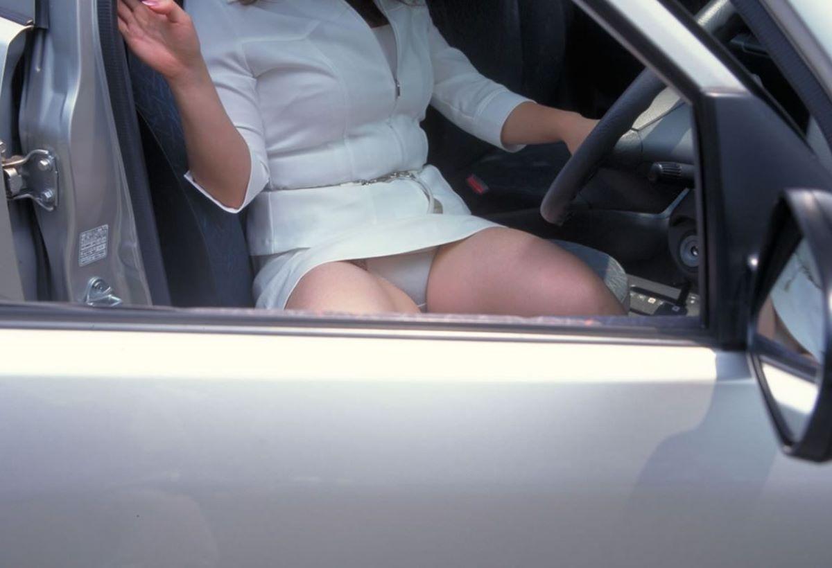 車の乗り降りパンチラ画像 70