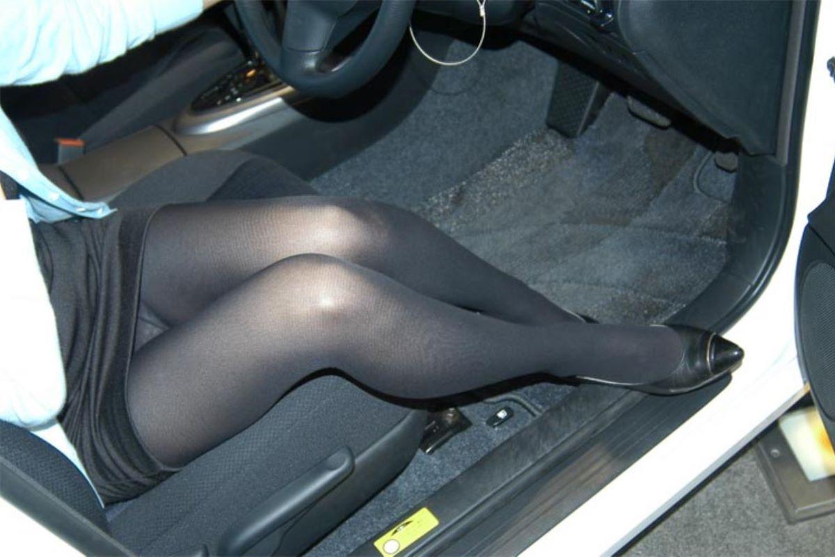 車の乗り降りパンチラ画像 73