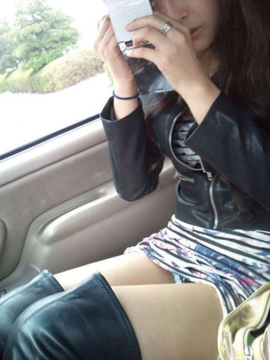 車内 パンチラ画像 21