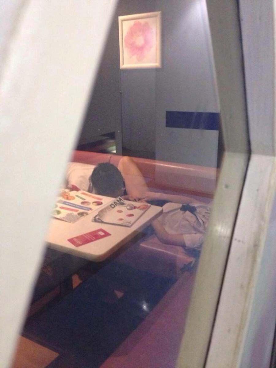 カラオケボックスのエロ画像 66
