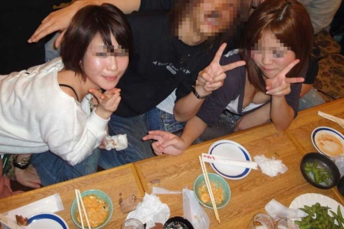 飲み会の胸チラ画像 19