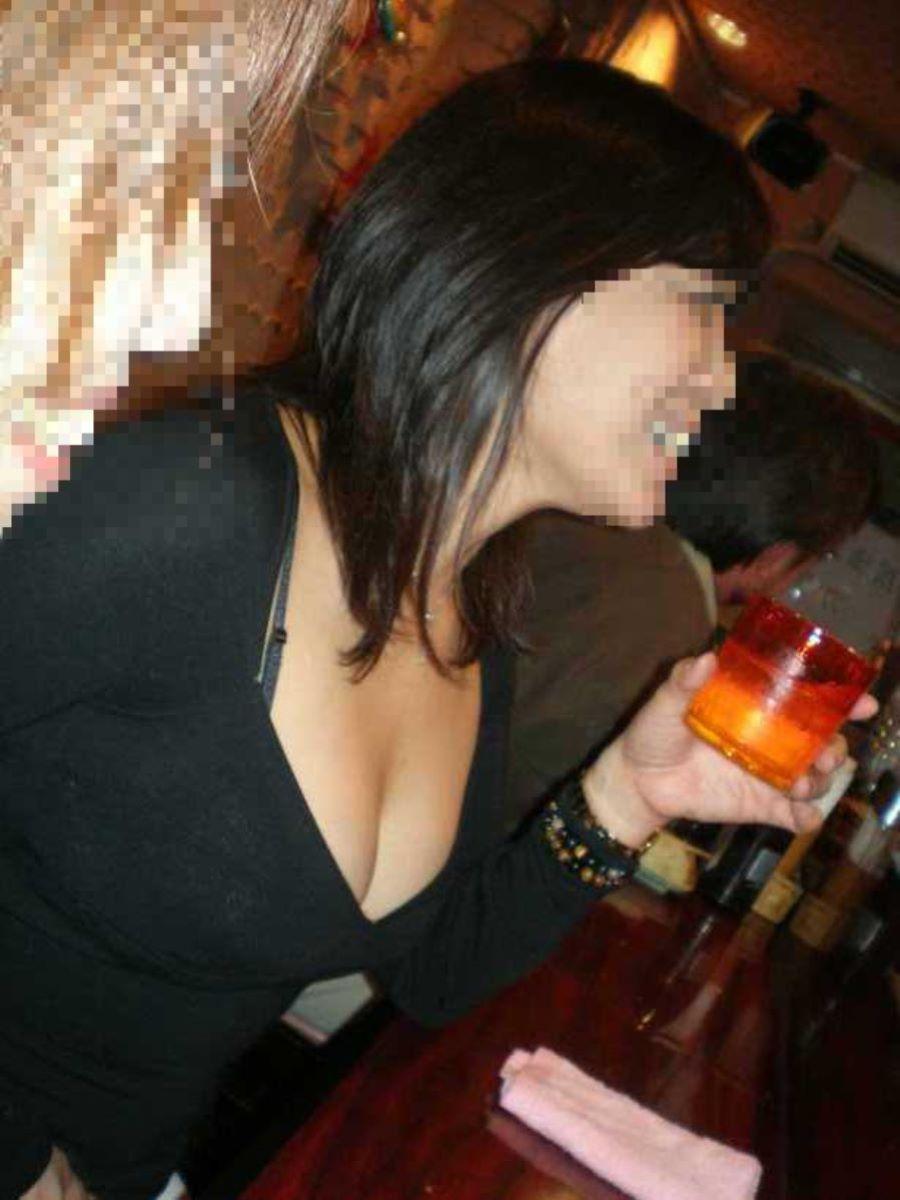 飲み会の胸チラ画像 45