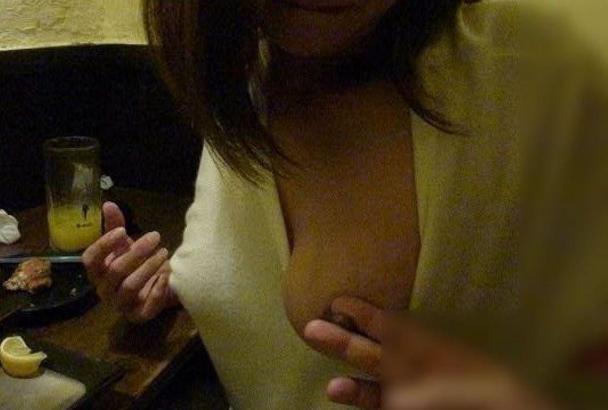 飲み会の胸チラ画像 48