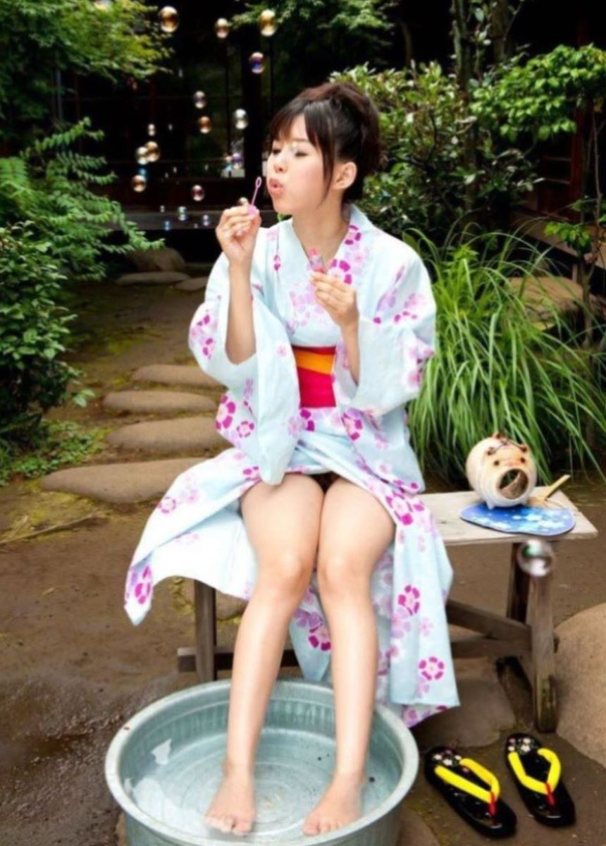着物や浴衣の和服ノーパン画像 7