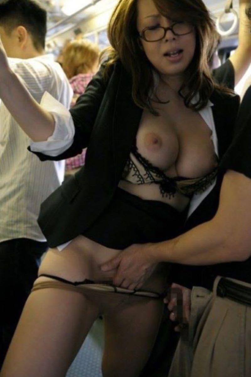 痴漢の手マン画像 75