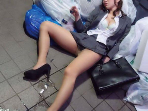 泥酔女性 パンツ モロ見え パンチラ画像 2