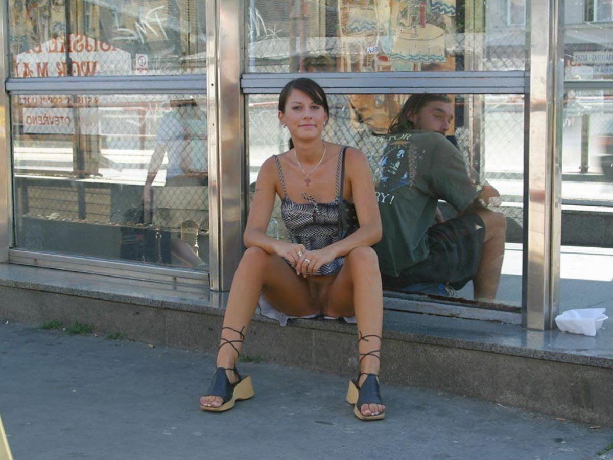 素人女性のノーパン画像 25