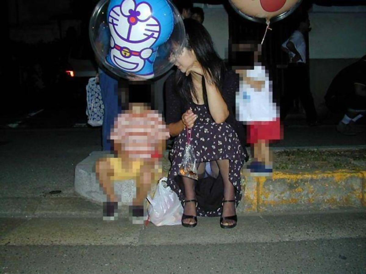 子連れママ パンチラ画像 17