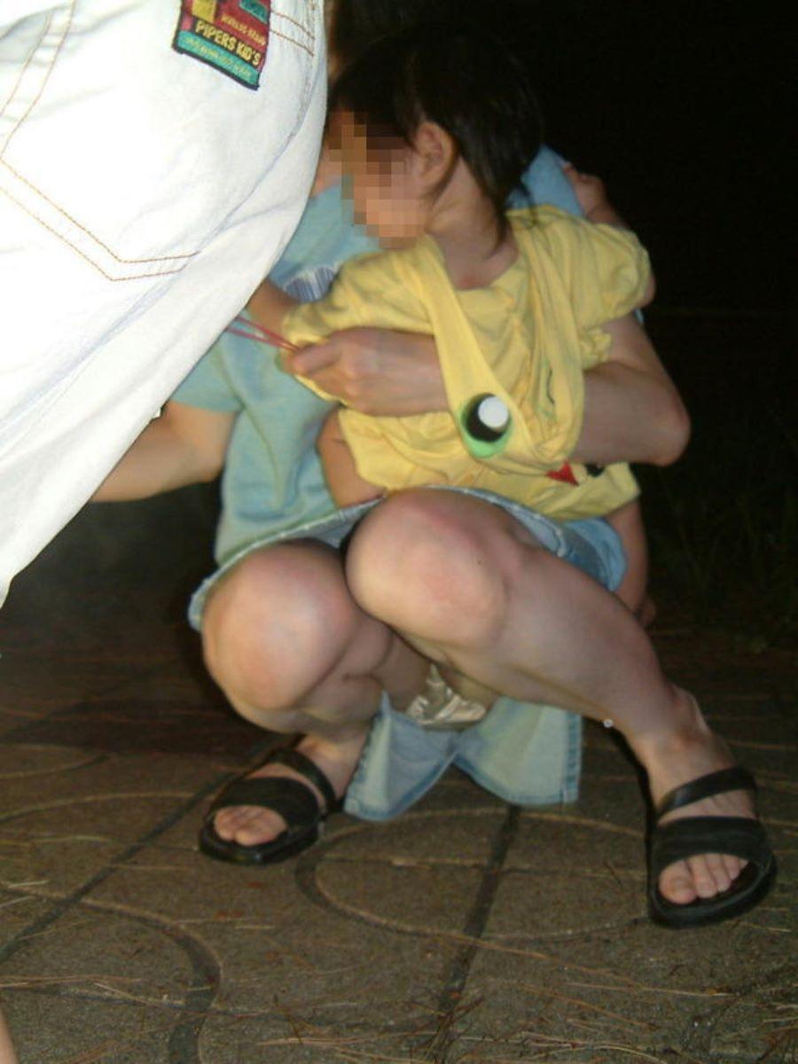子連れママ パンチラ画像 28