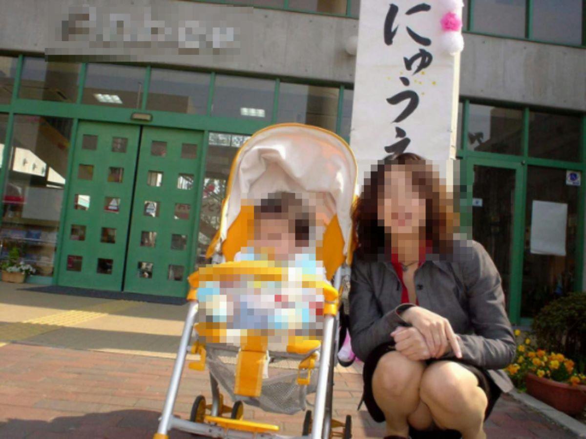 子連れママ パンチラ画像 39