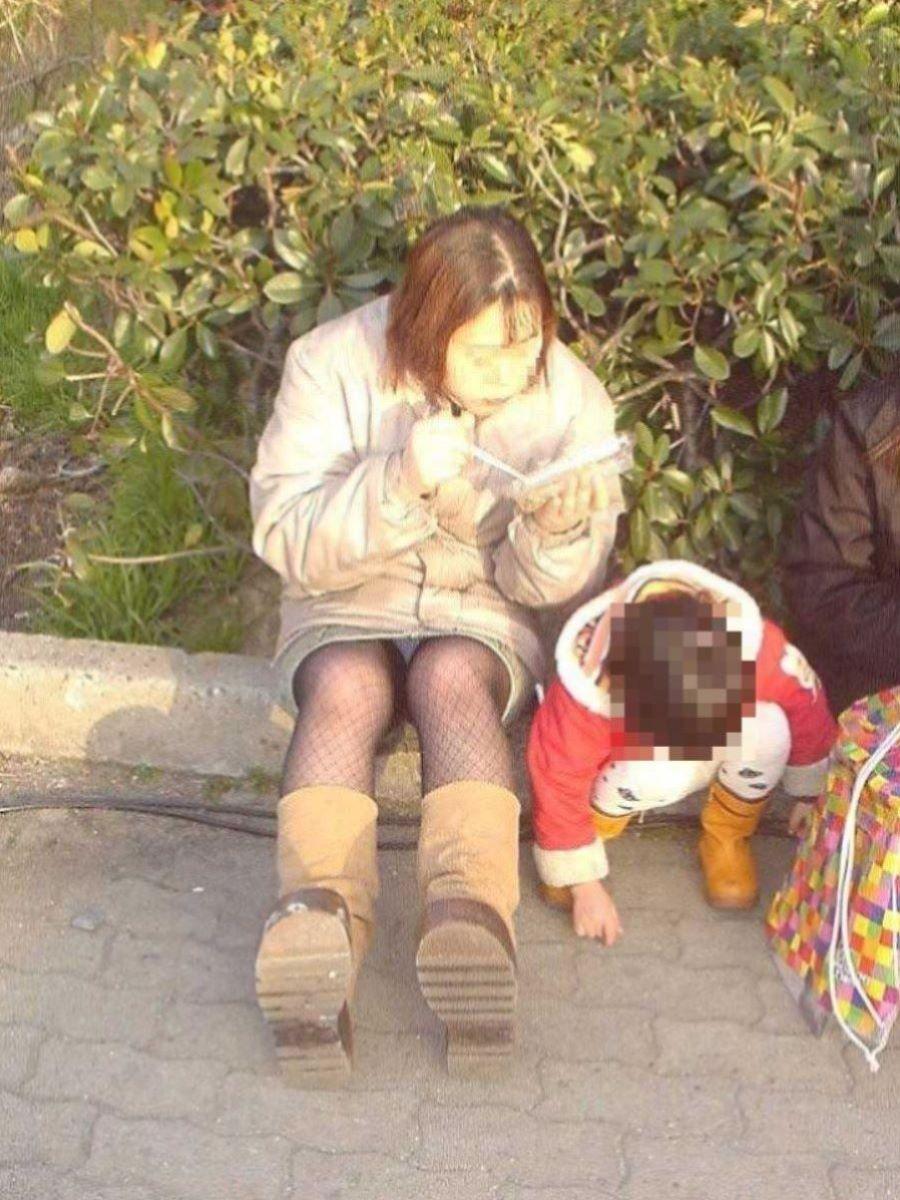 子連れママ パンチラ画像 41