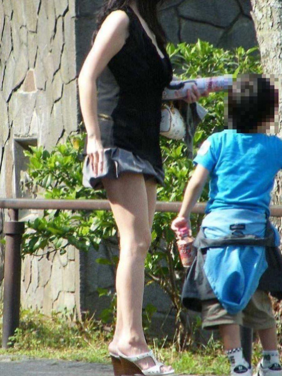 子連れママ パンチラ画像 45