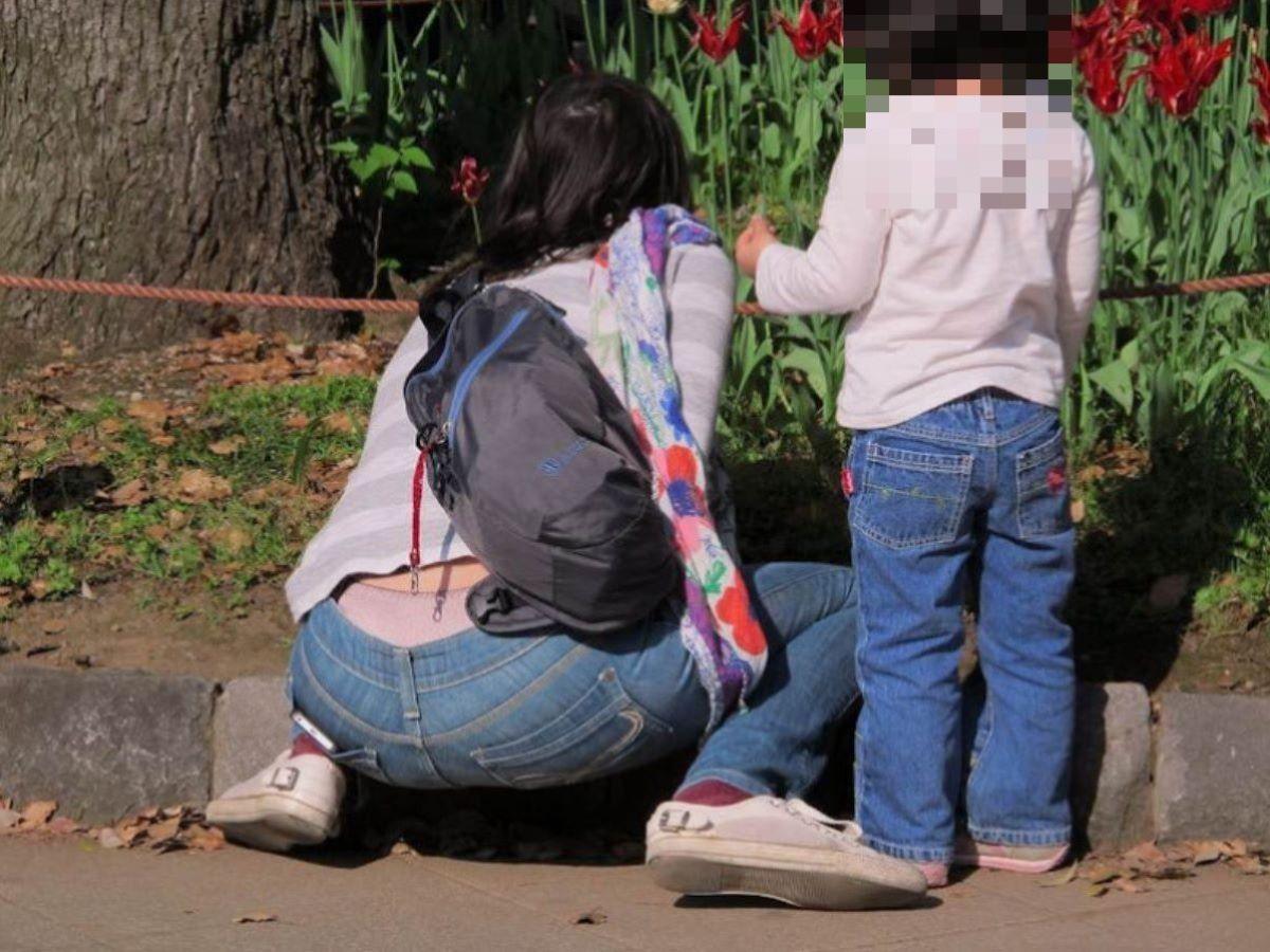 子連れママ パンチラ画像 56