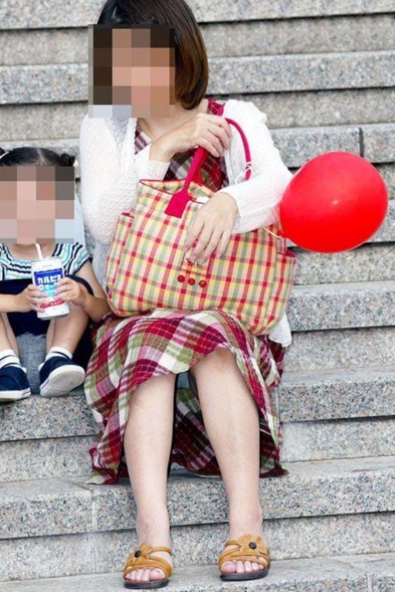 子連れママ パンチラ画像 57