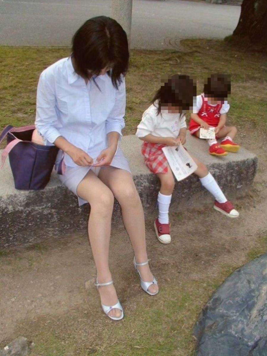 子連れママ パンチラ画像 63