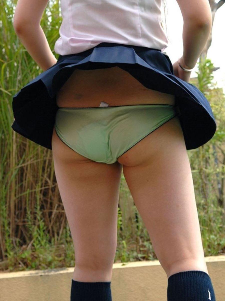 世間知らずな校生の妹が股間が真正面から拝める隠し撮りエロい画像