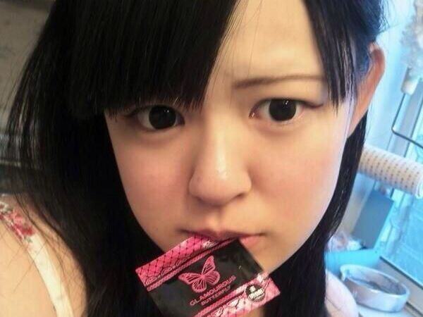 コンドームを咥える ビッチ女子 エロ画像 2