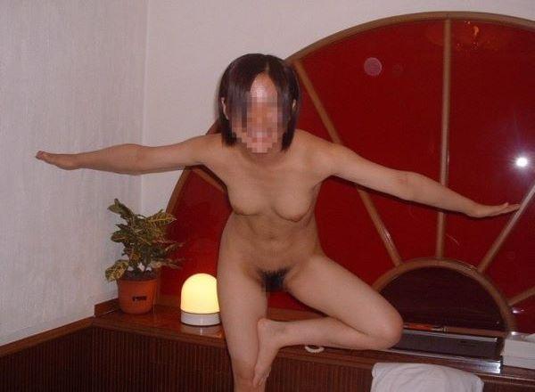 全裸でハイテンションなビッチ女子たち…(※エロ画像あり)