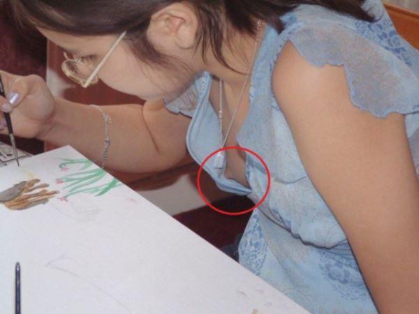 ノーブラ 乳首チラ 貧乳女子 エロ画像 2