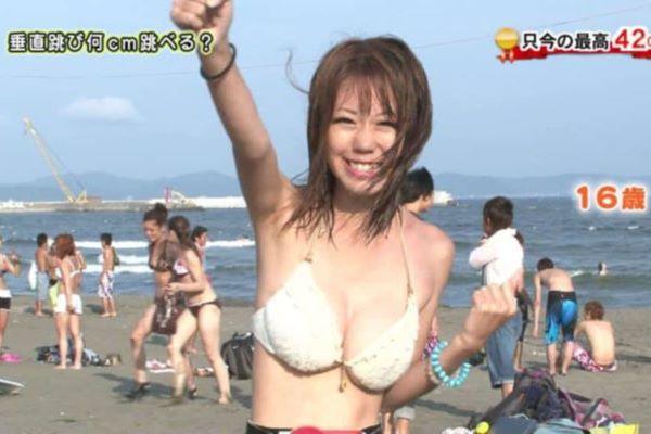 水着でインタビューされる巨乳JKがコチラ…(※エロ画像あり)