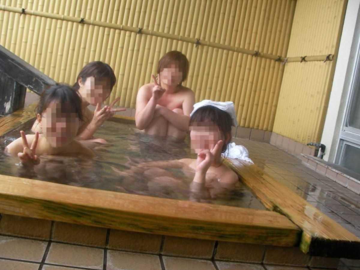 温泉や風呂場の素人おふざけ画像 12