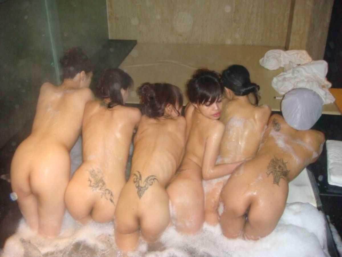 温泉や風呂場の素人おふざけ画像 54